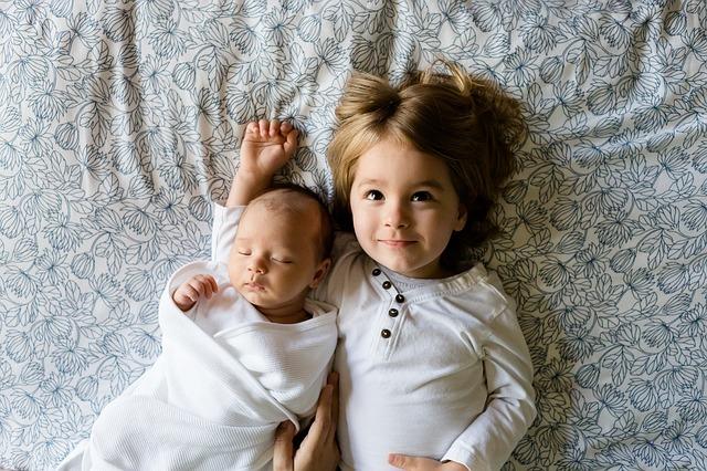 sourozenci v posteli