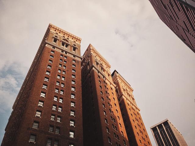veliký, cihlový mrakodrap
