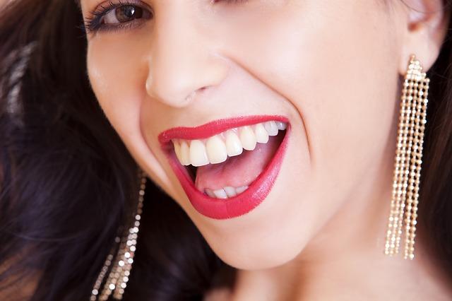 žena, zaté naušnice, úsměv, zuby