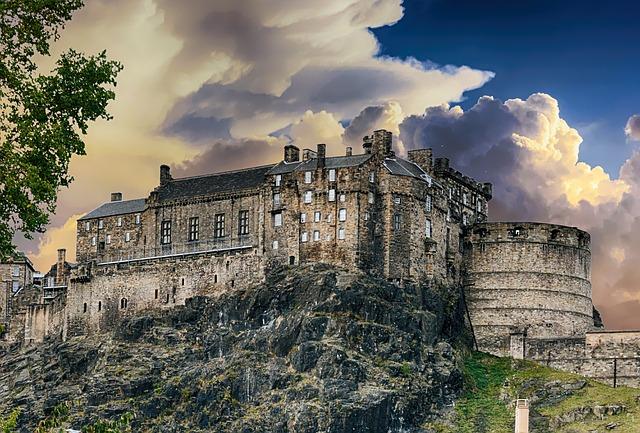 mraky nad  hradem