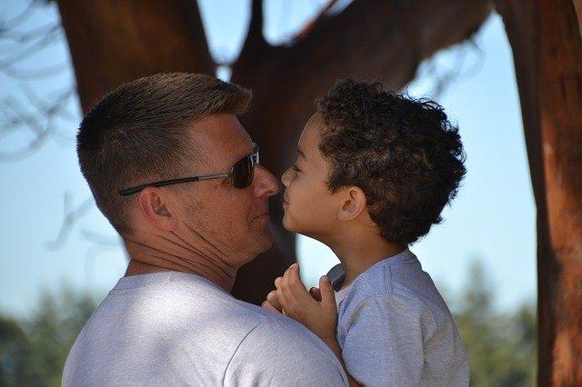 otec se synem v náručí