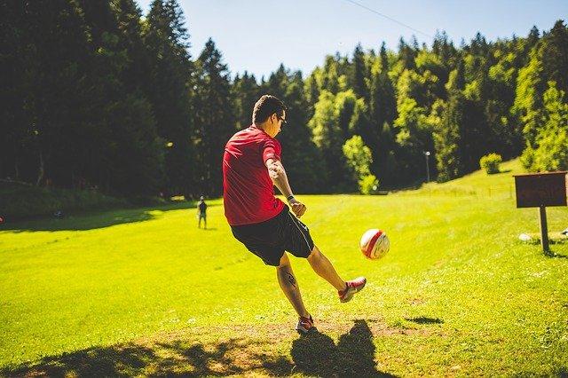 mladý muž při fotbale