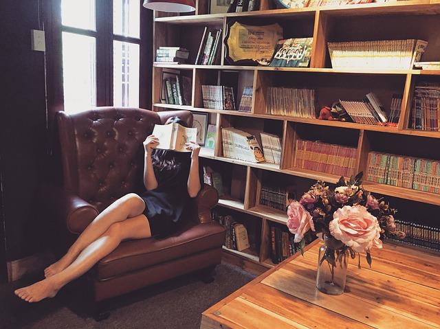 schovaná za knihou