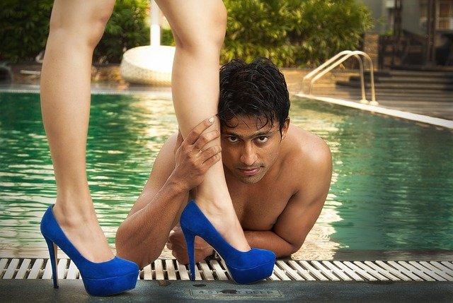 muž u nohou