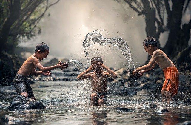 hraní v řece