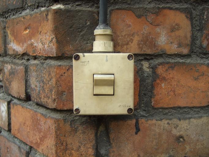 starý vypínač na rohu zdi